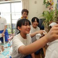 仮設住宅を訪れて掃除のボランティアをする飯舘中の生徒たち=福島市で2012年7月10日午前10時、竹内幹撮影