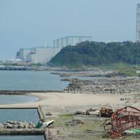 震災から2年を迎える東京電力福島第2原発。手前は漁船や建物の残骸が残る富岡漁港=福島県富岡町で2013年7月10日、丸山博撮影