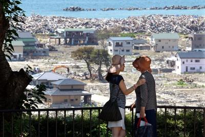 孫(左)に支えられ、被災地を見る女性=宮城県石巻市で2011年7月11日午前10時43分、梅村直承撮影