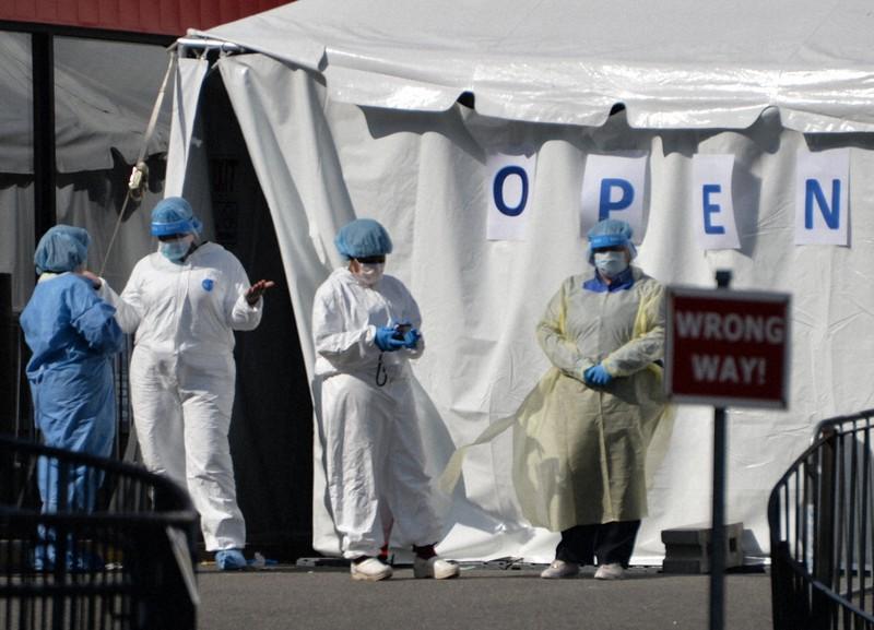 医療崩壊の危機が伝えられたクイーンズ地区のエルムハースト病院で、検査用のテントの前に立つ医療関係者=米ニューヨークで2020年4月15日、隅俊之撮影