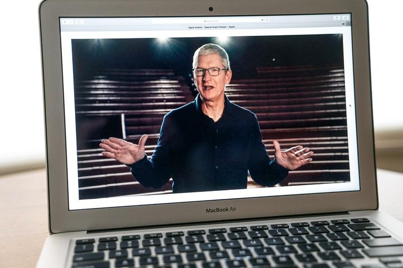 コロナ禍でオンライン開催のWWDCで講演するティム・クック氏 (Bloomberg)