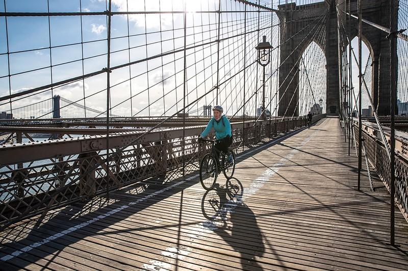 マンハッタンとブルックリンを結ぶ「ブルックリン橋」は観光地としても大人気 (Bloomberg)