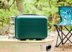 人気の小型トランクとチェア スターバックスコーヒーコリア公式ツイッターより