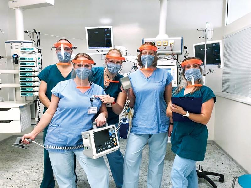プルシャ・リサーチのフェースシールドを使う医療従事者 チェスケー・ブジェヨビチェ病院提供