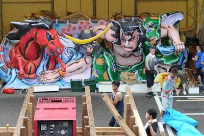 震災からの復興を誓う「東北六魂祭」に向け、組み立て作業が始まった青森ねぶた=仙台市青葉区で2011年7月14日午後3時47分、丸山博撮影