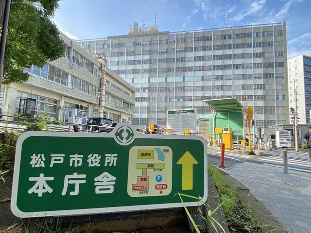 千葉県松戸市役所。奥の新館7階で事件は起きた=千葉県松戸市で2020年6月26日午後3時52分、斎藤文太郎撮影
