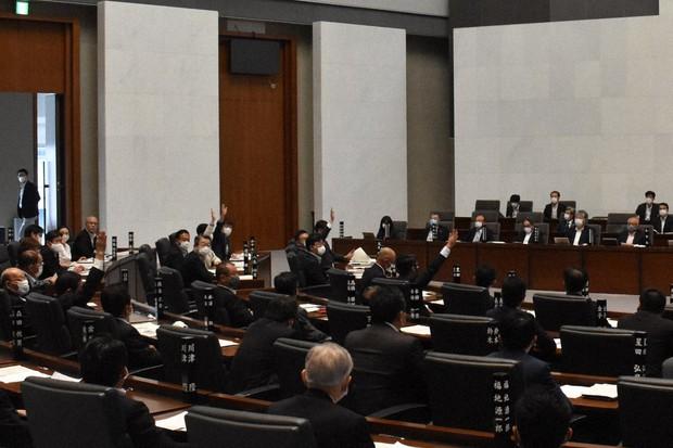県民投票条例案の採決で、賛成の挙手をした県議は5人にとどまった=水戸市で2020年6月23日午後1時50分、韮澤琴音撮影