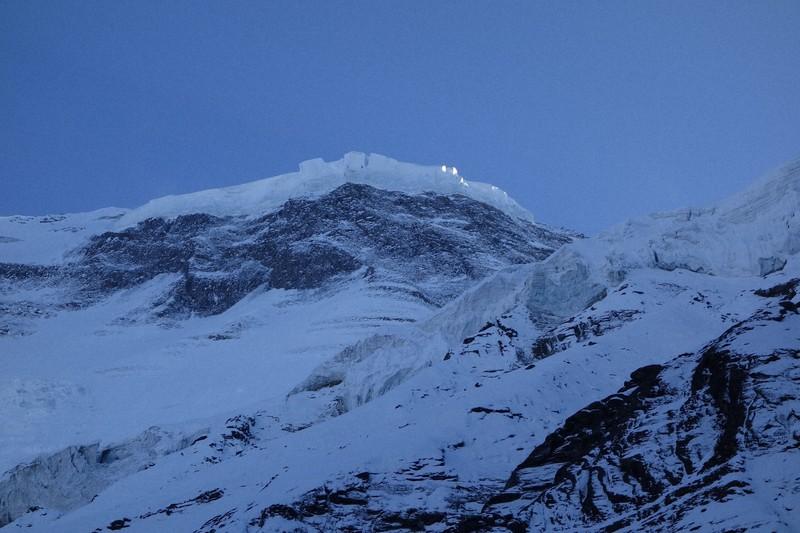 夕暮れの北東氷河から光の当たるダウラギリの頂上付近を見上げる=2019年10月11日、藤原章生撮影