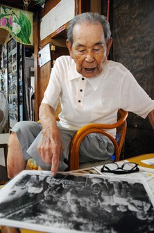 Takejiro Nakamura is seen speaking about his regrets as he points to a photo of his sister when she was still alive, in the village of Zamami on Geruma Island, Okinawa Prefecture, on June 11, 2020. (Mainichi/Takayasu Endo)