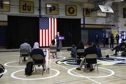 間隔を空けて座る記者らの前で会見するバイデン前米副大統領=米東部デラウェア州ウィルミントンで6月30日、AP