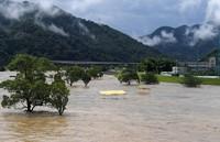 The swollen Kuma River is seen in the city of Yatsushiro in the southwestern Japan prefecture of Kumamoto at 10:08 a.m. on July 4, 2020. (Mainichi/Toyokazu Tsumura)