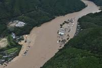 The swollen Kuma River is seen from a Mainichi Shimbun helicopter in the city of Yatsushiro in the southwestern Japan prefecture of Kumamoto at 11:13 a.m. on July 4, 2020. (Mainichi/Toyokazu Tsumura)