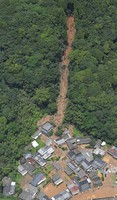 An area hit by a landslide is seen in the Kumamoto Prefecture town of Ashikita at 12:05 p.m. on July 4, 2020. (Mainichi/Kimiya Tanabe)
