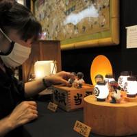特別展「小さな山のぼせたち」の作品を並べる入江千春さん=福岡市で2020年6月30日、田後真里撮影