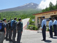 This July 2017 file photo shows a temporary branch for dispatching rescue unit members at the fifth station of the Subashiri route on the Shizuoka prefectural side of Mount Fuji. (Mainichi/Yurika Tarumi)