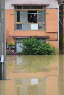 A house is seen flooded with water from the swollen Kuma River in the Kumamoto Prefecture city of Yatsushiro on July 4, 2020. (Mainichi/Toyokazu Tsumura)
