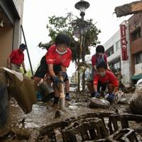 ボランティアで地元の復旧の手伝いをするロアッソ熊本ジュニアユース人吉の選手たち=熊本県人吉市で2020年7月5日午前8時41分、望月亮一撮影