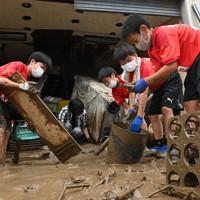 ボランティアで地元の復旧の手伝いをするロアッソ熊本ジュニアユース人吉の選手たち=熊本県人吉市で2020年7月5日午前8時42分、望月亮一撮影