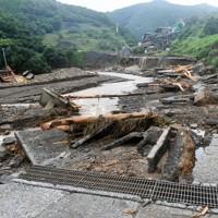 豪雨の爪痕が残る川。ダンプカーや重機が流されていた=熊本県芦北町で2020年7月5日午前9時、矢頭智剛撮影