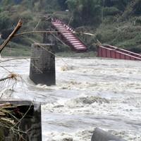 水害で途切れたくま川鉄道第四橋梁=熊本県相良村で2020年7月5日午前8時4分、望月亮一撮影