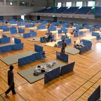 新型コロナ対策のため、間をあけて避難所で過ごす人たち=熊本県人吉市で2020年7月5日午前10時10分、望月亮一撮影