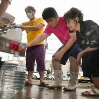 給水車から水をもらう被災した人たち=熊本県人吉市で2020年7月5日午前9時42分、望月亮一撮影