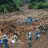 土砂崩れで行方不明となった人の救出活動が続く現場=熊本県津奈木町福浜で2020年7月5日午前10時38分、矢頭智剛撮影