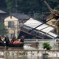 川の氾濫で孤立していた地区からボートで救出される人たち=熊本県球磨村で2020年7月5日午前8時33分、幾島健太郎撮影