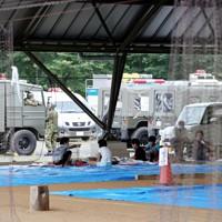 避難所内で新型コロナ感染症対策のため、距離を保ちながら過ごす人たち=熊本県球磨村で2020年7月5日午前7時28分、幾島健太郎撮影