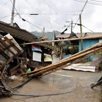 河川の氾濫で押しつぶされた家屋=熊本県球磨村で2020年7月5日午前8時28分、幾島健太郎撮影