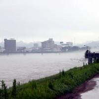 豪雨から一夜明けても増水したままの球磨川=熊本県人吉市で2020年7月5日午前6時47分、幾島健太郎撮影