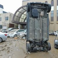 球磨川から近い旅館など市の中心部は濁流にのまれた車両が至る所に=熊本県人吉市で2020年7月5日午前9時56分、上入来尚撮影