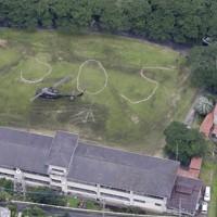 グラウンドに書かれた「SOS」の文字。自衛隊のヘリが着陸していた=熊本県八代市の旧中津道小学校で2020年7月5日午前11時6分、本社ヘリから