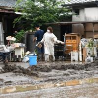 水に浸かった美容室の片付けをする人たち=熊本県芦北町で2020年7月5日午後2時21分、矢頭智剛撮影