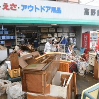 水に浸かった釣具店の片付けをする人たち=熊本県芦北町で2020年7月5日午後1時20分、矢頭智剛撮影