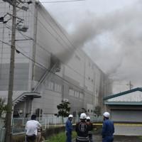 入り口や窓から煙を上げるレック静岡第2工場=静岡県吉田町で2020年7月5日午前8時13分、深野麟之介撮影