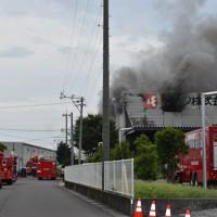 激しく煙を上げるレック静岡第2工場=静岡県吉田町で2020年7月5日午前8時39分、深野麟之介撮影