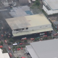 火災が発生した「レック静岡第2工場」=静岡県吉田町で2020年7月5日午前9時53分、本社ヘリから