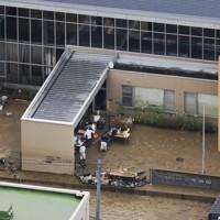 球磨川の支流が氾濫し、浸水した特別養護老人ホーム「千寿園」=熊本県球磨村で5日午前11時15分=本社ヘリから
