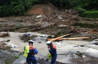 The scene of a landslide, where rescue activities were temporarily halted due to continuous rain, is seen in the town of Tsunagi, Kumamoto Prefecture, on July 6, 2020. (Mainichi/Tomohisa Yazu)