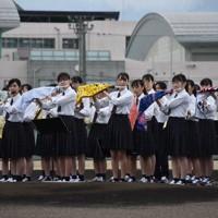 グラウンドで演奏する吹奏楽部=新潟市江南区の新潟明訓高で2020年7月5日、露木陽介撮影
