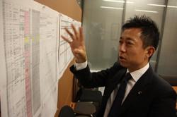 事務所の壁に貼りだした過去の判例について説明する井出庸生氏=高橋恵子撮影