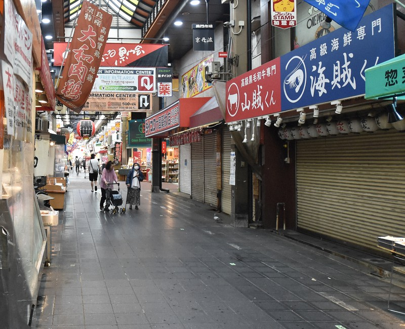 外国人観光客が訪れず、閑散とする大阪市の黒門市場。シャッターが下ろされた店も目立つ=2020年6月18日、加古信志撮影