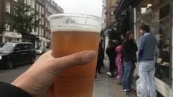 英国では新型コロナウイルスの影響で持ち帰りの飲食が増え、プラスチックの利用も増えている=ロンドンで2020年7月3日、横山三加子撮影