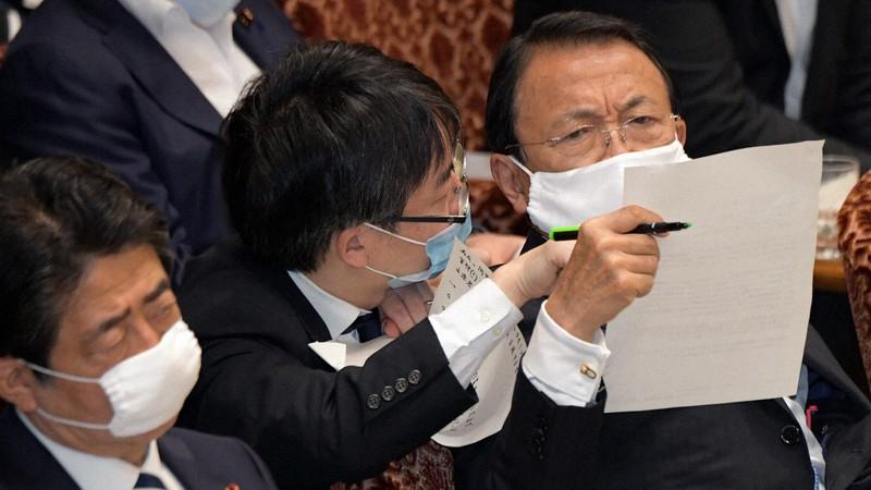 参院予算委員会で予算審議に臨む麻生太郎財務相(右)と安倍晋三首相(左)=国会内で2020年6月12日、竹内幹撮影