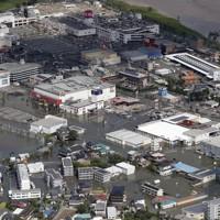 大雨により冠水した福岡県久留米市の市街地。右上が筑後川=2020年7月8日午前9時31分、本社ヘリから