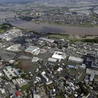 大雨により冠水した市街地。上は筑後川=福岡県久留米市で2020年7月8日午前9時31分、本社ヘリから
