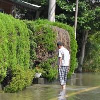 冠水した道路を歩く住民=福岡県久留米市で2020年7月8日午前10時7分、金澤稔撮影