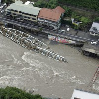 大雨により崩落した鉄橋=大分県日田市で2020年7月8日午前9時54分、本社ヘリから