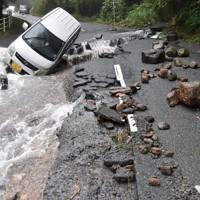 道路の亀裂に落ちた車=大分県日田市天瀬町で2020年7月8日午前6時57分、田鍋公也撮影